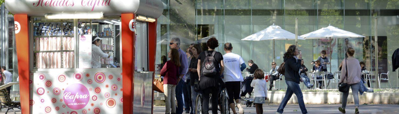 Gente haciendo cola para comprar un helado en Helados Capra, junto al Museo de Bellas Artes de Bilbao.